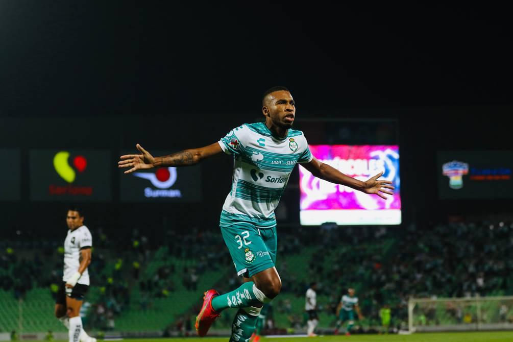 Elogios en México para Ayrton Preciado; hizo un gol para Santos Laguna sobre la marcación de Antonio Valencia