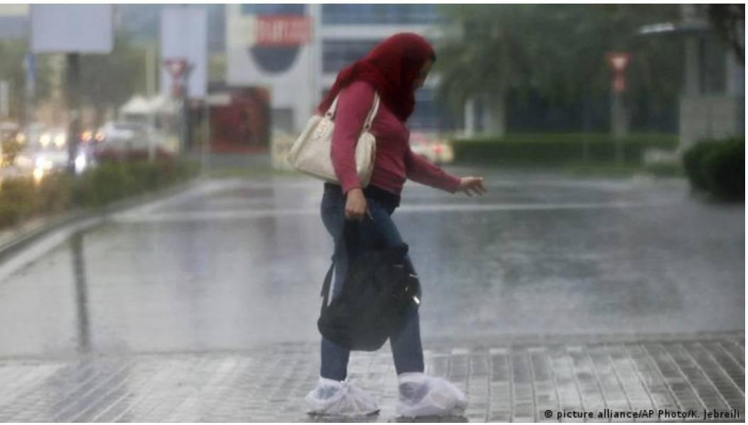 """Con drones y descargas eléctricas """"siembran nubes"""" y crean lluvia artificial en los Emiratos Árabes Unidos"""